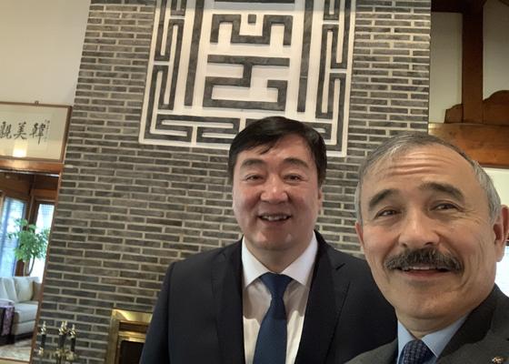 해리 해리스 주한 미국대사(오른쪽)가 22일 트윗한 싱하이밍 중국 대사와 찍은 사진. [트위터 캡처]