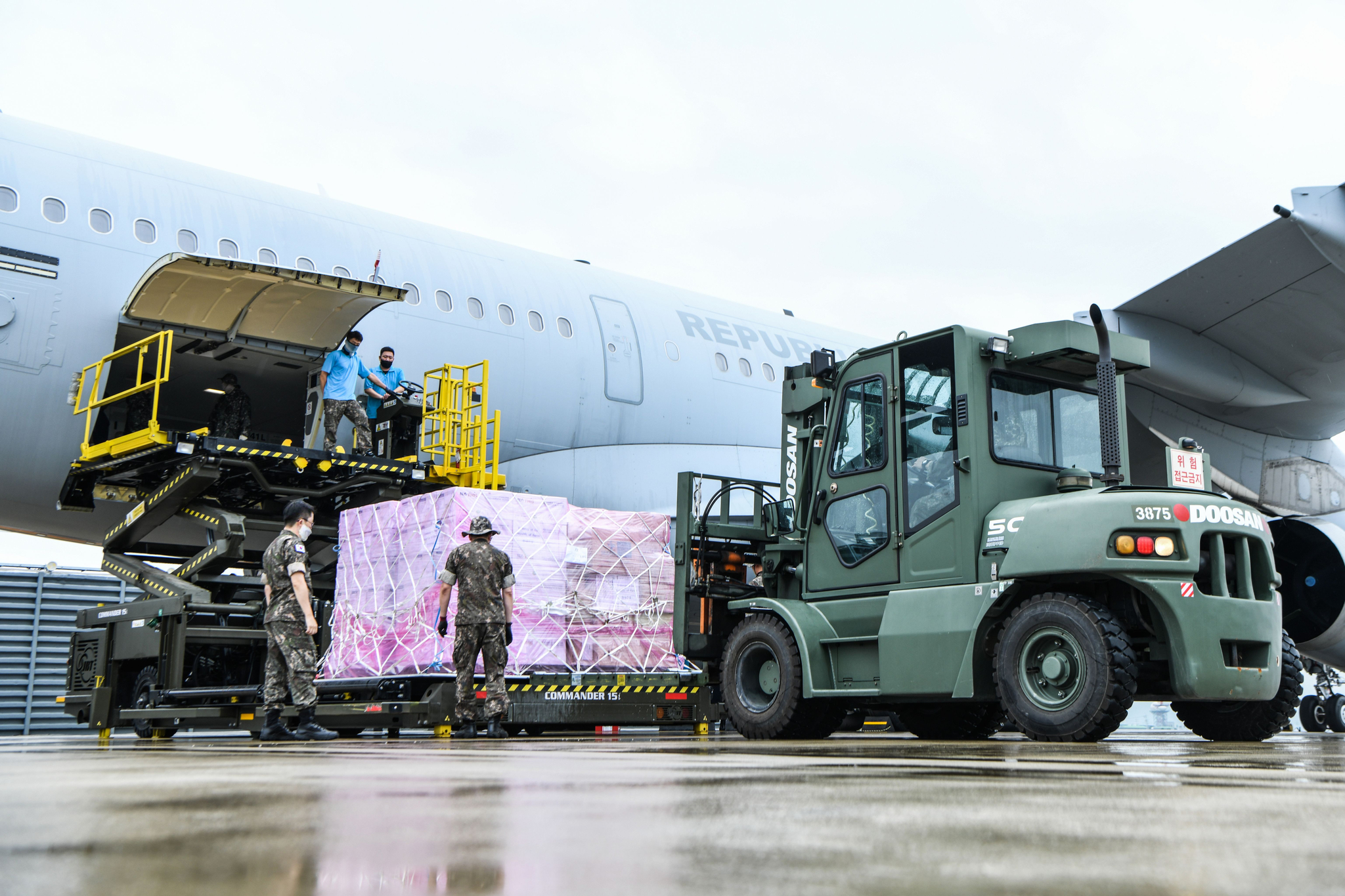 23일 오전 공군 김해기지에서 장병들이 이라크 파견 근로자 등 우리 교민을 안전하게 귀국시키기 위해 투입되는 KC-330 공중급유기에 마스크 등 코로나19 방역물자를 적재하고 있다. 공군 KC-330 공중급유기는 이라크에서 290여명의 교민을 탑승시킨 후 오는 24일 오전 인천공항에 도착하는 무박 2일 동안의 임무를 수행할 예정이다. 뉴스1