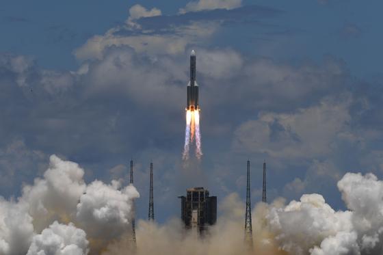 7월23일 중국 남부 하이난 원창 우주발사대에서 '창정5호'가 발사되고 있다. 창정5호에는 화성탐사선 톈원1호가 실렸다. 발사에 성공하면 7개월 뒤인 내년 2월 화성 궤도에 진입한다. [AFP=연합뉴스]