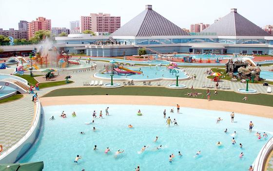 평양 대동강구역에 위치한 문수물놀이장을 찾은 북한 주민들이 물놀이를 즐기고 있다.