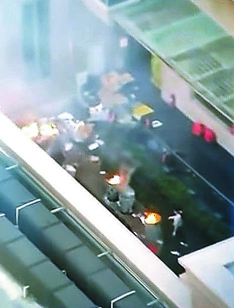미국 휴스턴의 중국 총영사관 안에서 21일 직원들이 서류를 불태우고 있는 모습을 미국 현지 방송이 보도했다. [사진 KPRC2 화면 캡처]