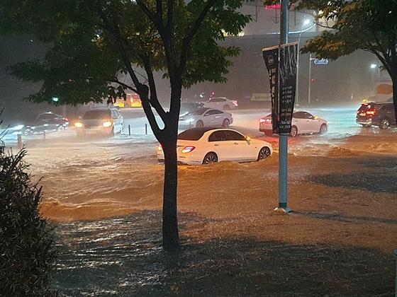 부산에 23일 오후 8시를 기점으로 호우 경보가 발효된 가운데 시간당 50mm 이상의 많은 비가 내리면서 침수 피해가 잇따르고 있다. 부산경찰청 제공