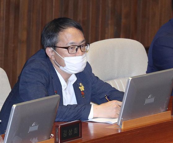 당대표 경선 출마를 선언한 박주민 더불어민주당 의원이 22일 오후 서울 여의도 국회에서 열린 제380회 국회(임시회) 제4차 본회의에 참석해 있다. 뉴스1
