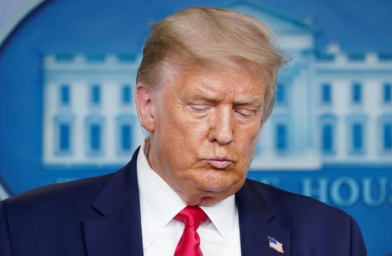 도널드 트럼프 미국 대통령이 23일 백악관 브리핑에서 다음 달 플로리다주에서 열 예정이던 공화당 전당 대회를 취소한다고 밝혔다. 플로리다에서 코로나19가 급속히 확산하자 국민 안전을 위한 결정이라고 밝혔다. [로이터=연합뉴스]
