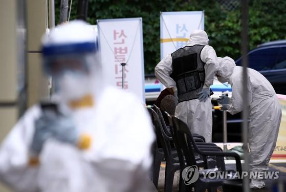 신종 코로나바이러스 감염증(코로나19) 확진자가 발생한 서울 송파구 사랑교회 입구가 23일 오후 폐쇄돼 있다. 송파구는 이날 오후 2시 기준으로 관내 사랑교회와 관련된 확진자가 11명 추가돼 총 16명이 됐다고 밝혔다. 연합뉴스