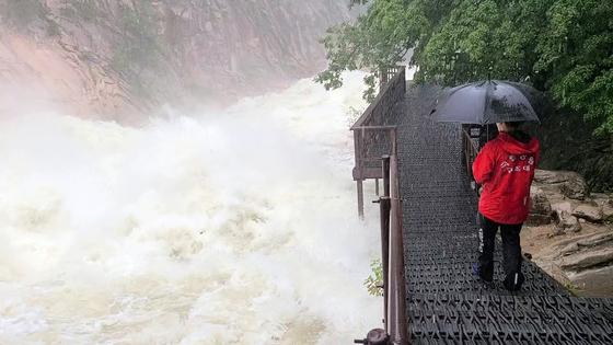 24일 쏟아진 폭우에 설악산국립공원 비선대 계곡의 물이 크게 불어나 있다.    설악산국립공원=연합뉴스