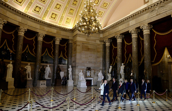 미 상원 의원들이 미국 국회의사당 내 내셔널 스태추어리홀(National Statuary Hall)을 지나 상원을 향해 걸어가고 있다.[로이터=연합뉴스]