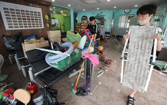 부산 동구 동천 범람으로 24일 오전 부산 동구 범일동 주민들이 복구 작업을 하고 있다. 송봉근 기자