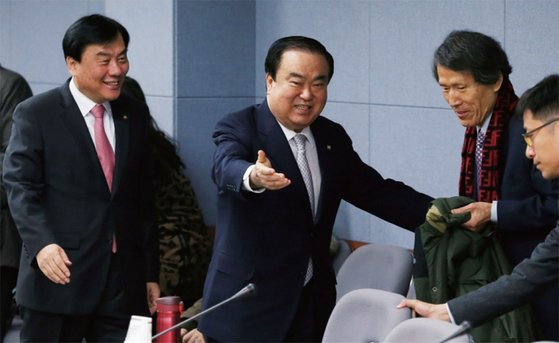 2013년 1월 당시 민주통합당 문희상 비대위원장(왼쪽 둘째)과 한상진 대선평가위원장(왼쪽 셋째).