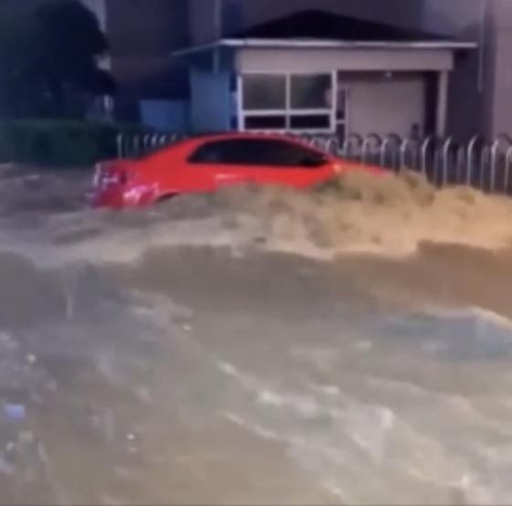 23일 오후 부산의 한 도로에 폭우로 차량이 물에 잠겨 있다. 독자 제공. 뉴스1