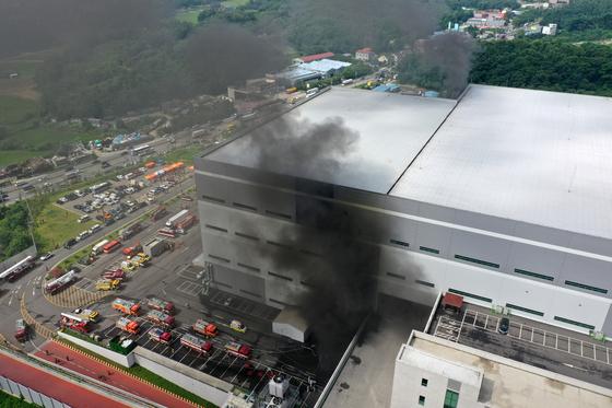 21일 경기도 용인 양지면 물류센터에서 화재가 발생해 소방대원들이 진화 작업을 펼치고 있다. 뉴스1