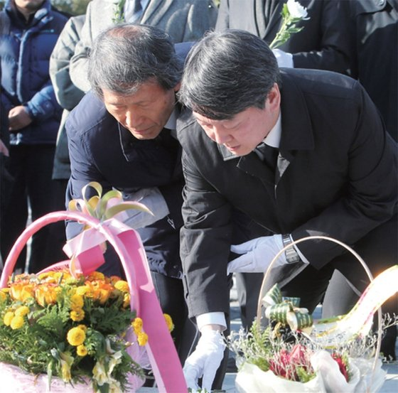 2016년 1월 당시 국민의당 안철수 의원(오른쪽)과 한상진 공동창당준비위원장이 김해 봉하마을을 방문해 노무현 전 대통령 묘소를 참배하고 있다