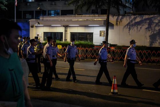 24일(현지시간) 오후 중국 경찰이 쓰촨성 청두에 있는 미국 영사관 앞에서 삼엄한 경비를 이어가고 있다.[AFP=연합뉴스]