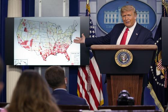 23일(현지시간) 도널드 트럼프 미국 대통령이 워싱턴 백악관 브리핑룸에서 열린 '백악관 코로나19 TF 브리핑' 기자회견을 하고 있다. AP=연합뉴스