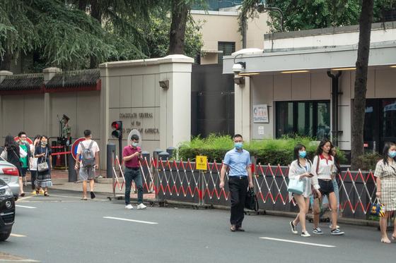 23일(현지시간) 중국 쓰촨성 청두에 위치한 주중 미국 총영사관 정문앞. [AFP=연합뉴스]