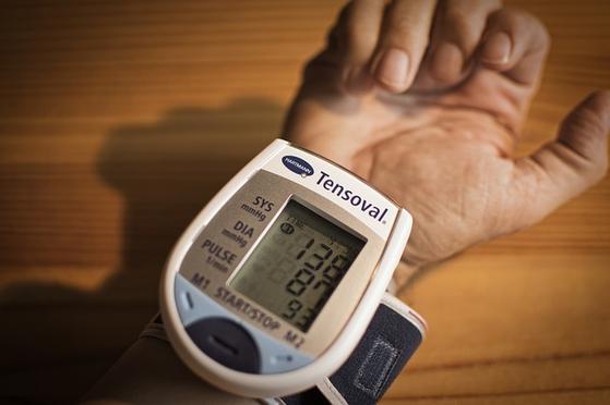 고혈압은 성인에서 수축기 혈압이 140mmHg 이상이거나 이완기 혈압이 90mmHg 이상일 때로, 관상동맥질환, 뇌졸중, 신장 질환 및 심부전 등 다양한 합병증이 나타나기에 더욱 위험한 질환이다.[사진 pixabay]