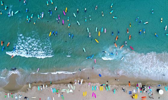 강원도 양양 죽도 해변에서 서핑을 즐기는 사람들을 드론으로 촬영한 모습. 김경빈 기자
