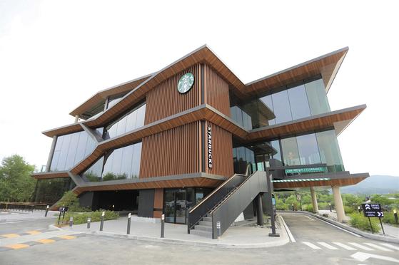 스타벅스는 24일 경기도 양평에 국내 최대 규모인 '더양평DTR점'을 열었다. 사진 스타벅스