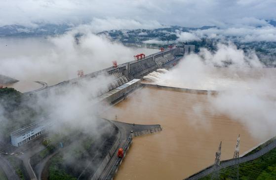 지난 18일 중국 양쯔강 싼샤댐이 물을 방류하는 모습. [신화통신=연합뉴스]