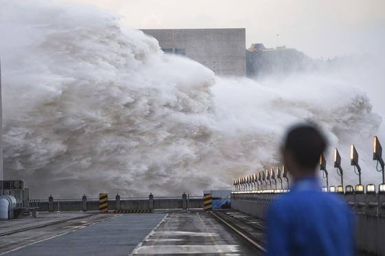 19일 중국 양쯔강 싼샤댐( 三?)이 물을 방류하는 모습. [AFP=연합뉴스]