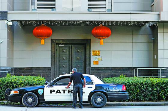 폐쇄 명령이 내려진 미국 텍사스주 휴스턴의 중국 총영사관 앞에서 22일(현지시간) 한 경비원이 순찰차에 탑승하고 있다. [EPA=연합뉴스]