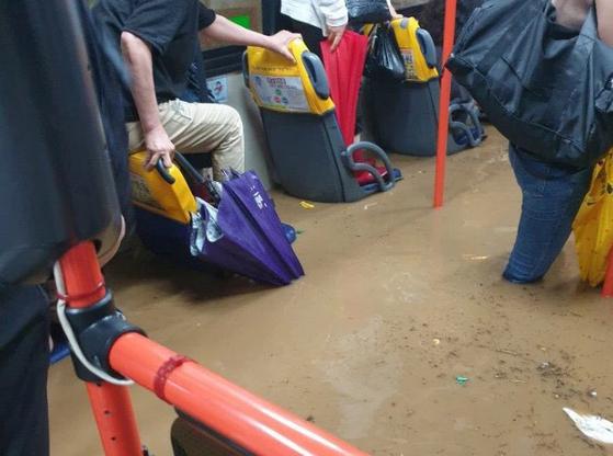 집중호우가 내린 23일 부산 한 버스에 도로 침수로 물이 차올라 시민들이 불편을 겪고 있다. 연합뉴스