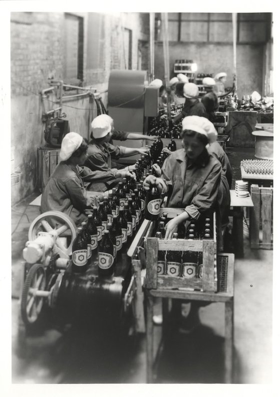 1955년 샘표 충무로 공장 내 간장 포장부의 모습. 사진 샘표