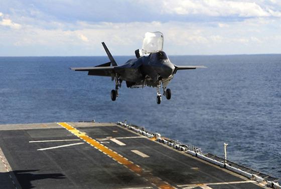 미국 해군 상륙 강습함 '와스프'에서 F-35B 스텔스기가 이륙하고 있다.[미 국방부 제공]