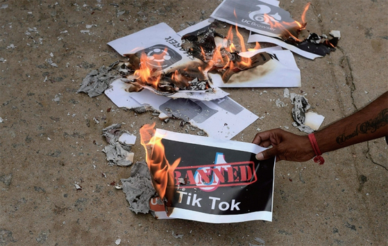 인도가 국가 안보와 개인정보 보호를 위해 중국 앱 사용을 금지하자, 이를 지지하는 인도 하이데라바드 시민들이 6월 30일 틱톡(Tik Tok) 앱 로고를 인쇄한 종이를 불태우고 있다. / 사진:AFP=연합뉴스