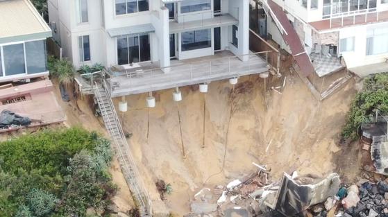해변의 멀쩡했던 집 지반 붕괴…온난화가 부른 끔찍한 풍경