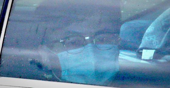 한동훈 검사장이 지난 24일 오후 서울 서초구 대검찰청에서 열린 '검언유착' 의혹 사건 수사심의위원회에 출석하기 위해 차를 타고 지하주차장으로 들어가고 있다. 연합뉴스