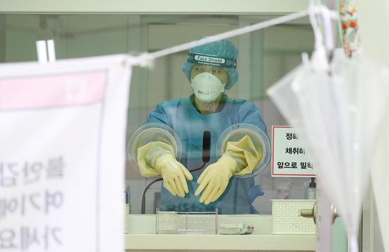 25일 오전 서울 강서구보건소 선별진료소에서 한 의료진이 검체 채취들 대기하고 있다. 연합뉴스