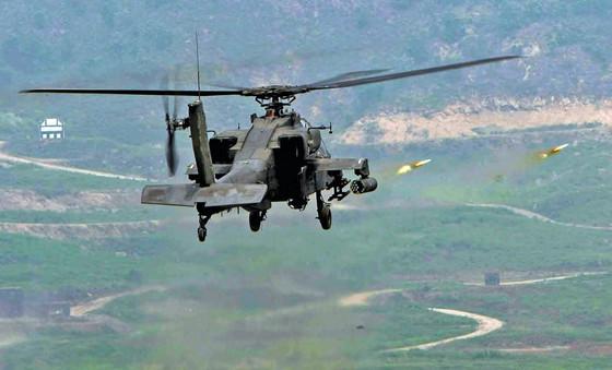 미군 아파치 헬기가 경기 포천 로드리게스 사격장 상공에서 표적을 향해 로켓포를 발사하고 있다. [중앙포토]