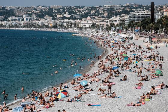 본격적인 바캉스 시즌이 시작된 가운데 지난 22일 프랑스 남부 니스의 해변에서 많은 사람들이 수영과 일광욕을 즐기고 있다. [신화=연합뉴스]