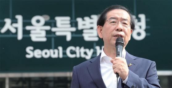 2011년 서울시장 재보선에서 당선된 박원순 전 서울시장은 시민들의 지지를 받으며 내리 3연임에 성공했다.