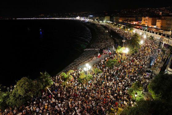 지난 11일 프랑스 남부 휴양도시 니스의 베데엉쥬 해변에서 유명 DJ 겸 프로듀서인 '더 어배너'의 콘서트가 열린 가운데 몰려든 인파들이 춤을 추고 있다. 대부분 마스크는 착용하지 않았다고 현지 언론은 전했다. [AFP=연합뉴스]