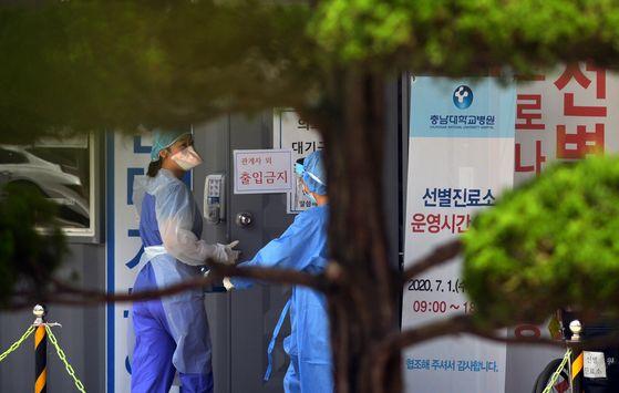 대전 충남대병원 선별진료소에서 의료진들이 무더위도 잊은 채 코로나19 검사를 하고 있다. 프리랜서 김성태
