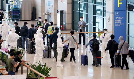 지난 24일 신종 코로나바이러스 감염증(코로나19) 악화로 정부가 급파한 공군 공중급유기(KC-330)를 타고 인천국제공항에 도착한 이라크 파견 근로자들이 입국장을 나서고 있다. 뉴시스