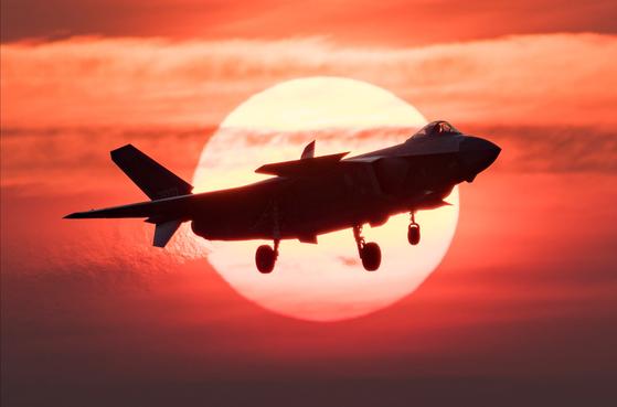 중국은 미국과 중국 등 세계 각국에서 지적재산권을 도용하거나 기술을 무단 확보한다는 지적을 받아왔다. 사진은 지난해 11월 중국 스텔스 전투기인 J-20의 비행 장면. 외부 형태가 미국의 F-35 스텔스 전투기와 흡사하다는 지적이 있다. 신화=연합뉴스