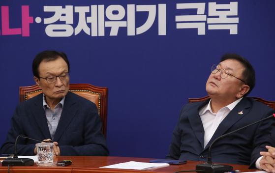 더불어민주당 김태년 원내대표가 지난 22일 국회에서 열린 당 최고위원회의에 참석해 뭔가를 생각하고 있다. 왼쪽은 이해찬 대표. 오종택 기자