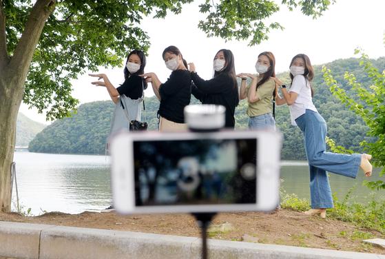 대전 유성구의 한 공원을 찾은 시민들이 나무그늘 아래서 코로나19로 마스크를 착용하고 잠시 기념사진을 찍고 있다. 프리랜서 김성태