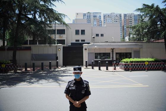 중국 쓰촨성 청두 주재 미국 총영사관이 27일 오전 10시 폐쇄됐다. 1985년 문을 연 지 35년 만이다. 정문을 중심으로 왼쪽과 오른쪽에 미국 영사관임을 알리던 현판 등이 천으로 가려진 상태다. [AFP=연합뉴스]