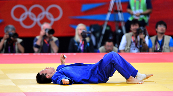 왕기춘이 2012년 7월 30일 런던 엑셀 노스아레나 경기장에서 열린 남자유도 73kg급 동메달 결정전에서 패하자 바닥에 드러누워 있다. 중앙포토