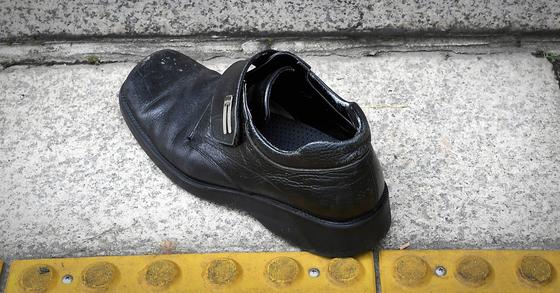 16일 오후 50대 남성이 국회 개원식 참석을 마치고 돌아가는 문재인 대통령에게 던진 신발이 본청 계단 앞에 놓여있다. 연합뉴스