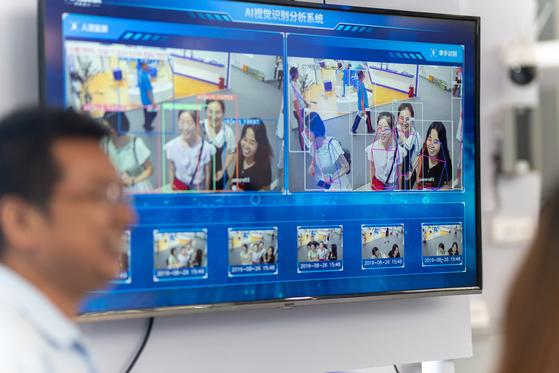 중국 충칭 스마트차이나 전시회에 나온 안면 인식 기술. 중국은 미래 먹거리 산업의 하나로 안면 인식 기술을 육성하고 있다. [셔터스톡]