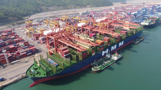 지난 4월 29일 부산 강서구 현대부산신항만에 정박해 있는 '알헤시라스호'. 알헤시라스호는 한국이 만든 세계 최대 컨테이너 선박이다. [뉴스1]