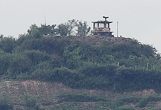 최근 한 탈북민이 월북한 것으로 알려진 가운데 26일 인천 강화군 북한 접경지 교동도에서 바라본 북한 초소가 적막하다. [뉴스1]