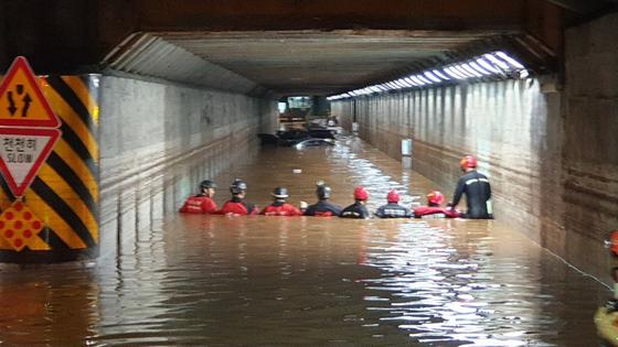 23일 쏟아진 폭우로 침수된 부산 동구 초량 지하차도에서 119 구조대원이 구조작업을 하고 있다. [사진 부산경찰청]