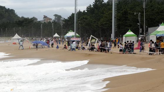 너울성 파도로 강원 동해안 해수욕장의 수영이 금지된 26일 속초해수욕장을 찾은 피서객들이 백사장에서 아쉬움을 달래고 있다.   [연합뉴스]