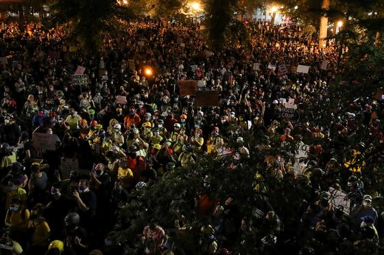 25일 밤 미 포틀랜드 시내에서 인종차별 반대 시위대 수 천 명이 경찰 폭력에 항의하고 있다. [로이터=연합뉴스]